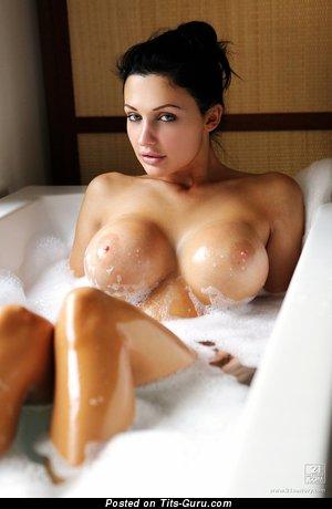 Изображение. Aletta Ocean - фото офигенной обнажённой брюнетки с мокрыми средними дойками