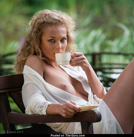 Изображение. Фотка красивой голой девахи с большими натуральными сисечками