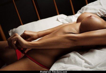 Изображение. Фотка офигенной раздетой девахи с большими силиконовыми сисечками