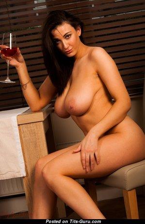 Брюнетка с офигенным оголённым натуральным бюстом и большими сосками (hd секс изображение)