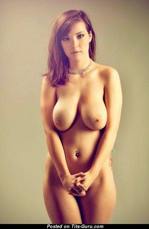 Красотка с невероятным обнажённым натуральным большим бюстом (эротическое фото)