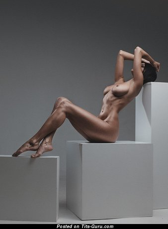 Фото красивой голой брюнетки с среднего размера дойками