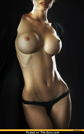 Модель с крутой оголённой силиконовой среднего размера грудью (эротическое фото)