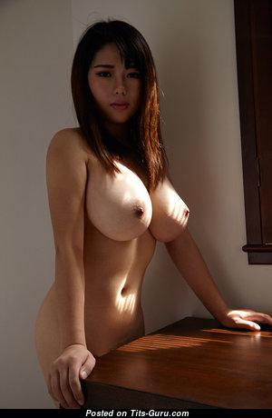 Гламурная азиатская красотка с горячей обнажённой немалой грудью (порно фотка)