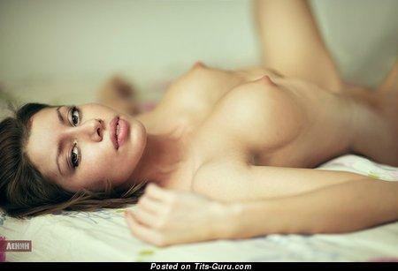 Изображение. Изображение шикарной обнажённой женщины с средней натуральной грудью