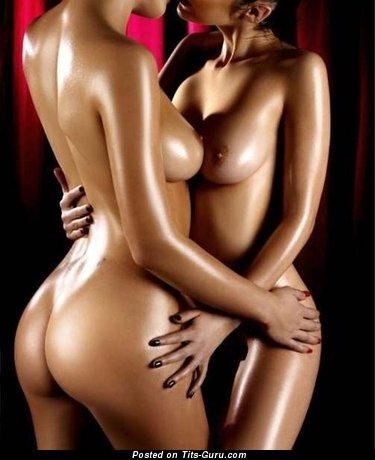 Фотография красивой раздетой модели с среднего размера натуральной грудью