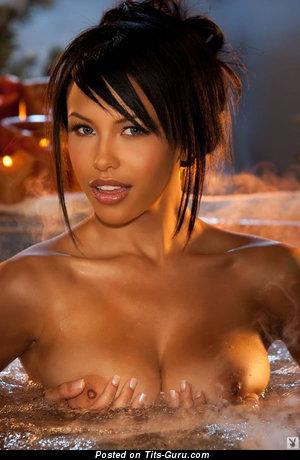 Kylie Johnson - картинка красивой голой брюнетки с средними сиськами, большими сосками