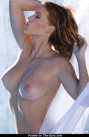 Изображение. Фотка умопомрачительной голой модели с натуральными сиськами