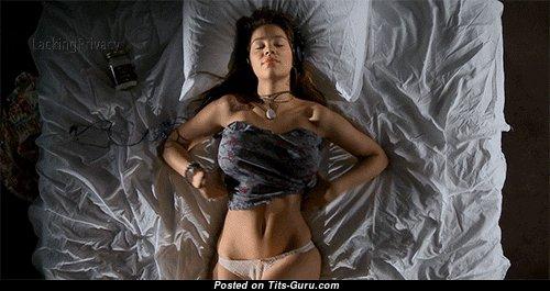 Любовница с шикарными оголёнными средними сисечками (личная интимная gif-анимация)