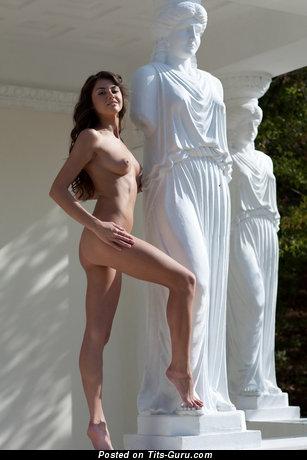 Изображение. Фото сексуальной раздетой леди с среднего размера натуральной грудью