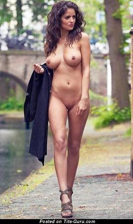 Брюнетка красотка с восхитительным обнажённым среднего размера бюстом (эро фото)