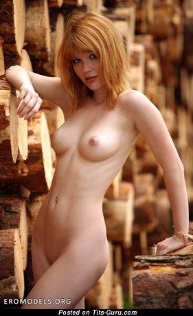 Изображение. Изображение горячей раздетой женщины с среднего размера натуральной грудью