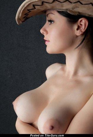 Женщина с умопомрачительным обнажённым среднего размера бюстом (частная интимная фотка)