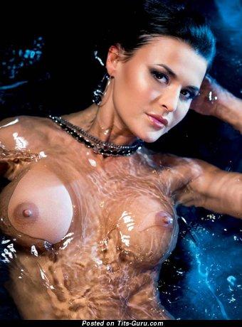 Изображение. Фотография восхитительной голой брюнетки с влажными большими силиконовыми дойками, большими сосками