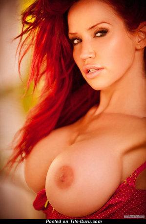 Изображение. Фотография горячей голой женщины с большими силиконовыми дойками