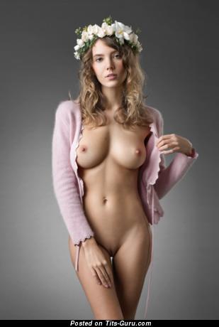 Фотка сексуальной голой брюнетки с натуральными сиськами