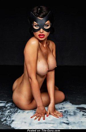 Изображение. Фото шикарной обнажённой девушки с среднего размера силиконовыми сиськами