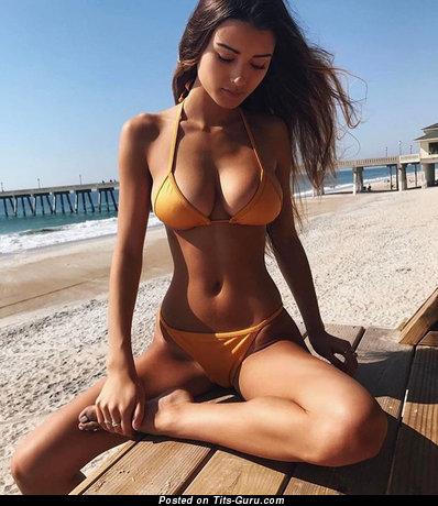 Красотка с классной обнажённой натуральной среднего размера грудью (секс фото)
