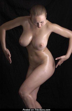Красотка с классным обнажённым натуральным среднего размера бюстом (порно изображение)