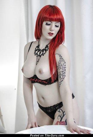 Изображение. Фотка восхитительной обнажённой рыжей с большими сисечками