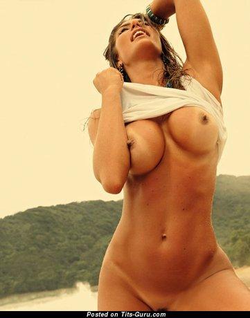 Изображение. Изображение красивой раздетой женщины с большими силиконовыми дойками