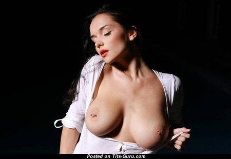 Eugenia Diordiychuk: топлесс и гламурная красотка и порнозвезда (Украина) с офигенной голой среднего размера грудью,огромными ореолами,пирсингом раздевается (аматорская 4k эро фотка)