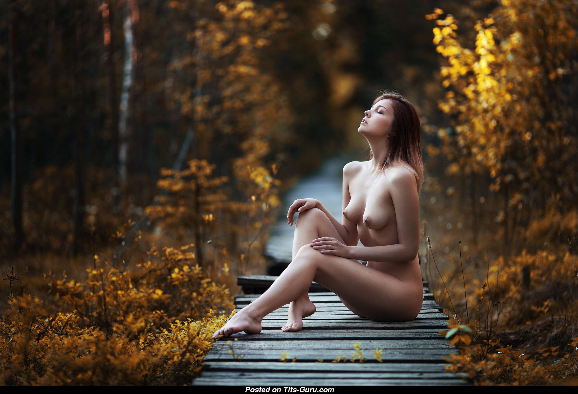 На фоне осеннего пейзажа девушки голые