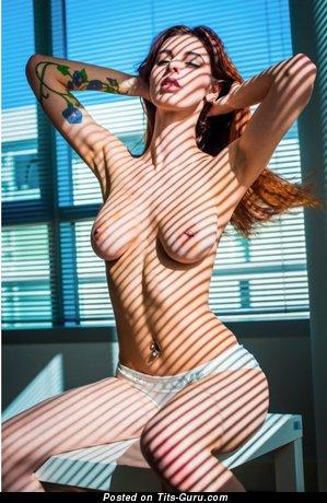 Изображение. Изображение офигенной обнажённой девахи с средней натуральной грудью