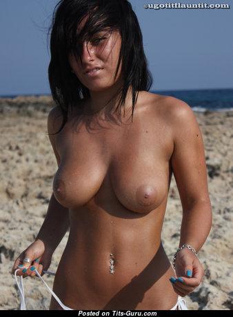 Красотка с умопомрачительной оголённой натуральной средней грудью (hd эро фотография)