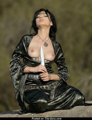 Изображение. Фотография красивой голой брюнетки с среднего размера натуральными дойками