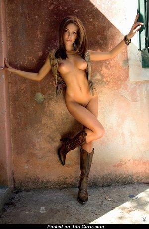 Изображение. Фотка умопомрачительной раздетой девушки с средними дойками