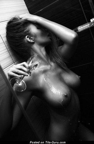Мокрая женщина с эффектными обнажёнными натуральными большими титями (ххх картинка)