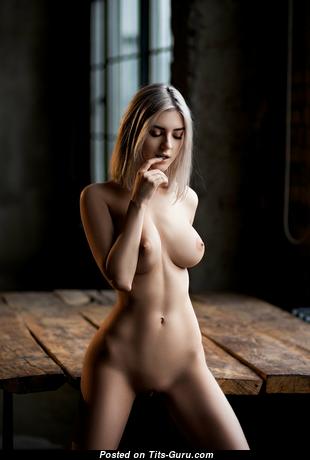Beautiful Blonde with Beautiful Exposed Natural Medium Boobie (Sex Foto)
