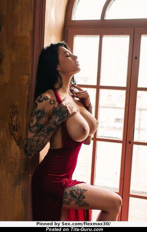 Брюнетка красотка с классной оголённой среднего размера грудью (порно изображение)