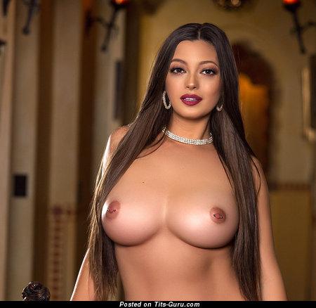 Изображение. Фотография шикарной обнажённой брюнетки латиноамериканки с силиконовой грудью