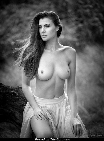 Изображение. Фотка шикарной раздетой женщины с среднего размера натуральными дойками