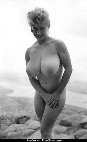 Леди с офигенным голым натуральным немалым бюстом (винтажное эро изображение)