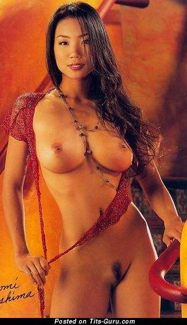 Hiromi Оshima - изображение шикарной брюнетки азиатки топлесс с средними сисечками, большими сосками
