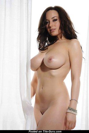 Lindsey Strutt: гламурная и топлесс брюнетка Playboy красотка (Великобритания) с восхитительными оголёнными натуральными среднего размера буферами,большими сосками,сексуальными ногами занимается спортом (hd секс картинка)