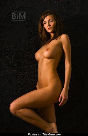 Изображение. Фотография горячей обнажённой тёлки с среднего размера натуральными сисечками