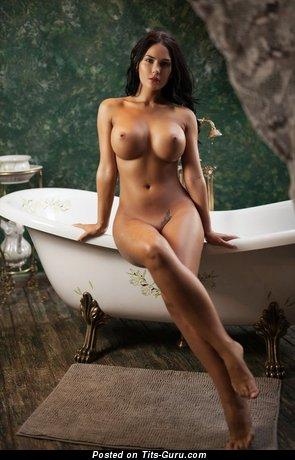 Изображение. Фотка невероятной обнажённой девушки с средними силиконовыми сисечками