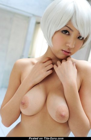 Азиатская деваха с красивым обнажённым натуральным среднего размера бюстом и длинными сосками (hd 18+ фотка)