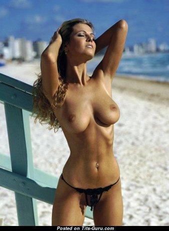 Красотка с восхитительной оголённой натуральной среднего размера грудью (эро фотография)