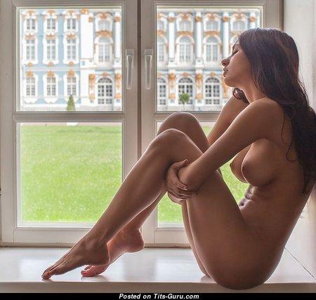 Красотка с невероятной обнажённой натуральной средней грудью (порно изображение)