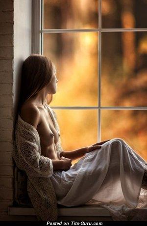Красотка с супер голой натуральной грудью (интимное изображение)