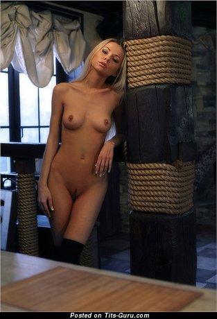 Изображение. Фотка горячей блондинки топлесс