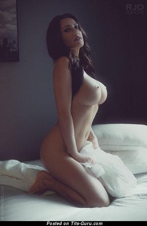 Изображение. Фотка невероятной голой модели с большими силиконовыми дойками