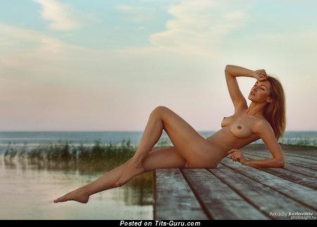 Изображение. Изображение обалденной обнажённой девахи с среднего размера натуральными сиськами