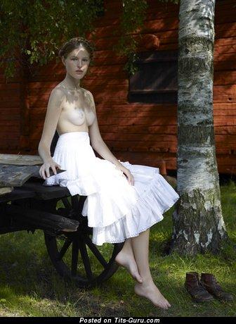 Изображение. Фото шикарной голой девушки с средними натуральными сиськами