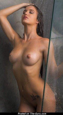 Изображение. Фотка восхитительной раздетой девушки с мокрой грудью, тату
